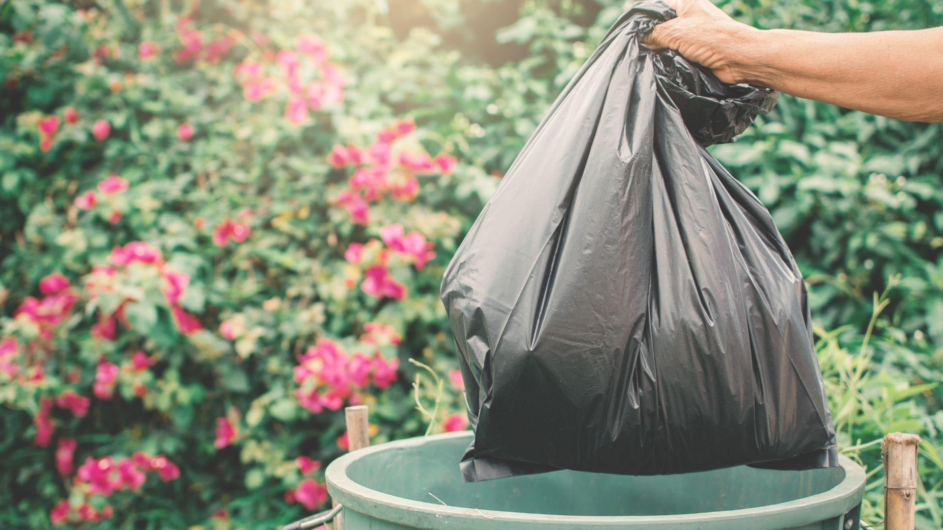 Une personne sort les poubelles.