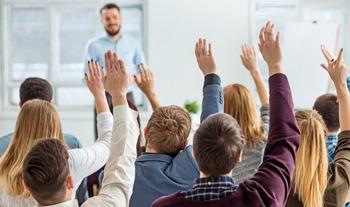 Foule qui lève la main pour participer