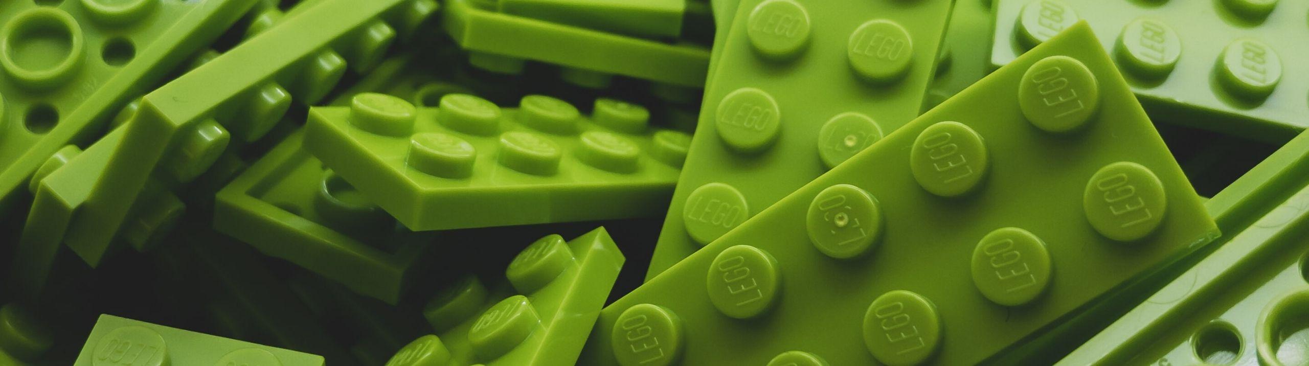 Des blocs Lego verts.