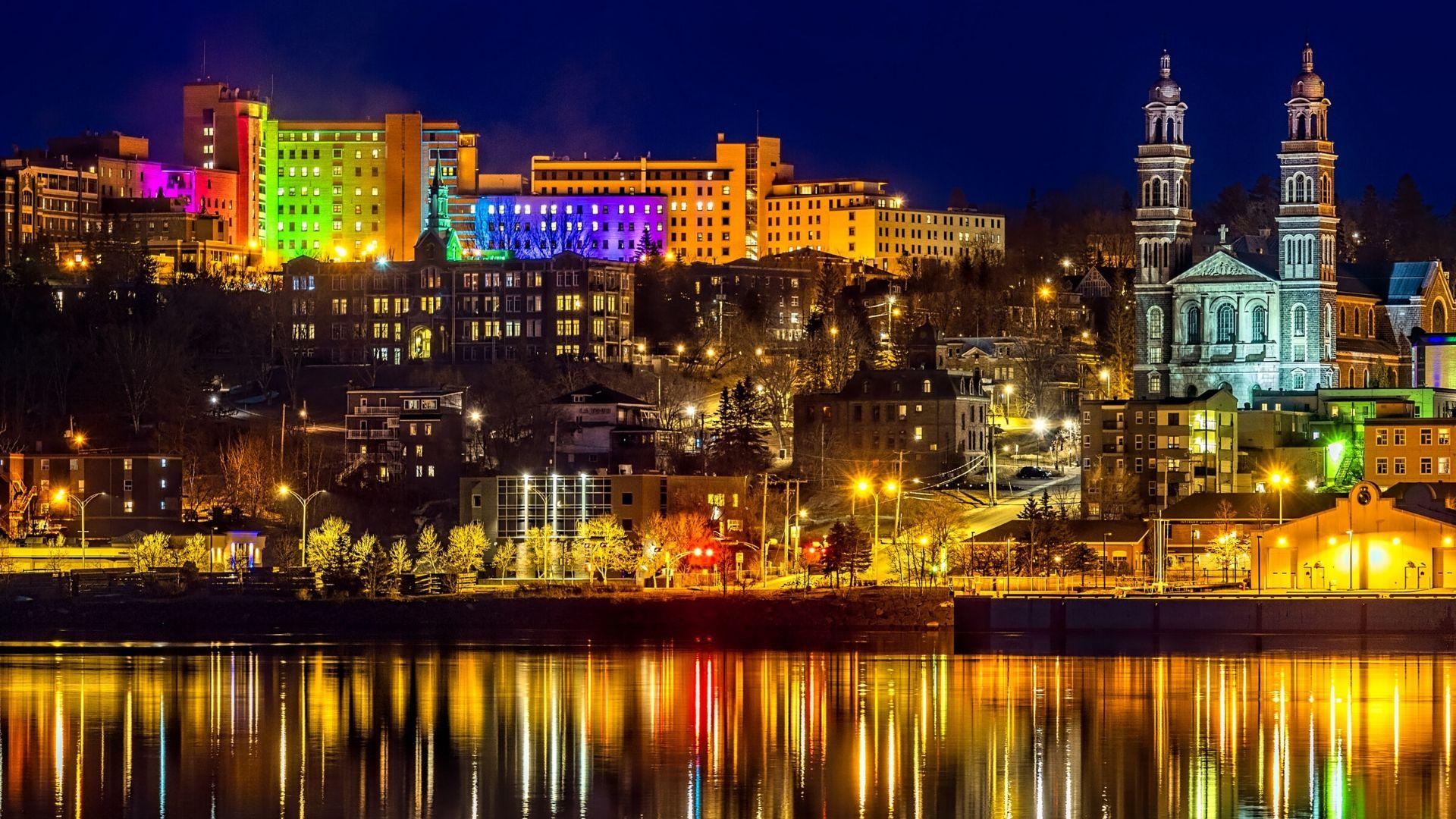 Le centre-ville de Saguenay la nuit.