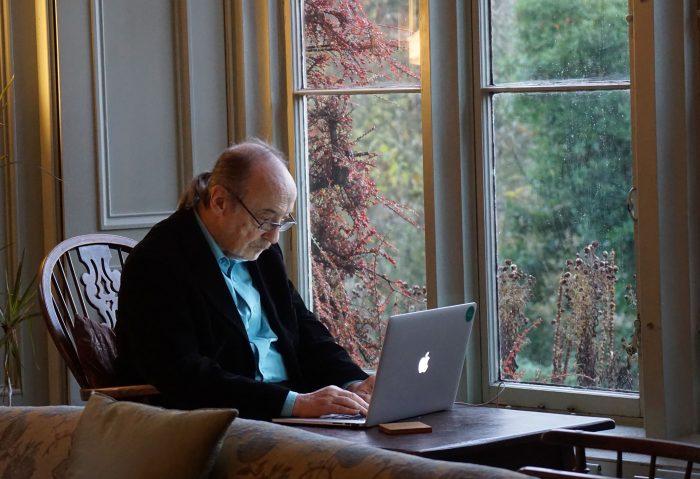 Un homme âgé utilisant un ordinateur.