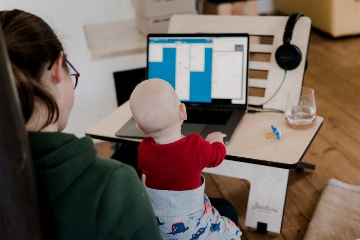 Une femme et un bébé devant un ordinateur.