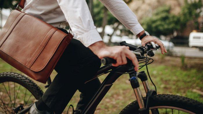 Une personne se rend au travail en vélo.